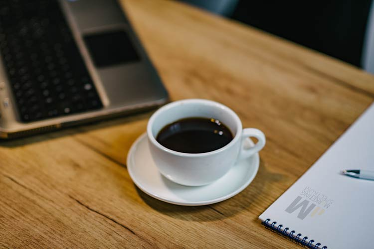 koffie notebook en laptop op tafel