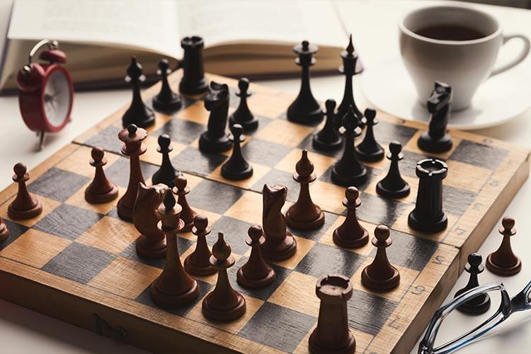 Schaakbord, bril koffie en tijd. Marketing Spectrum en het spel van online marketing