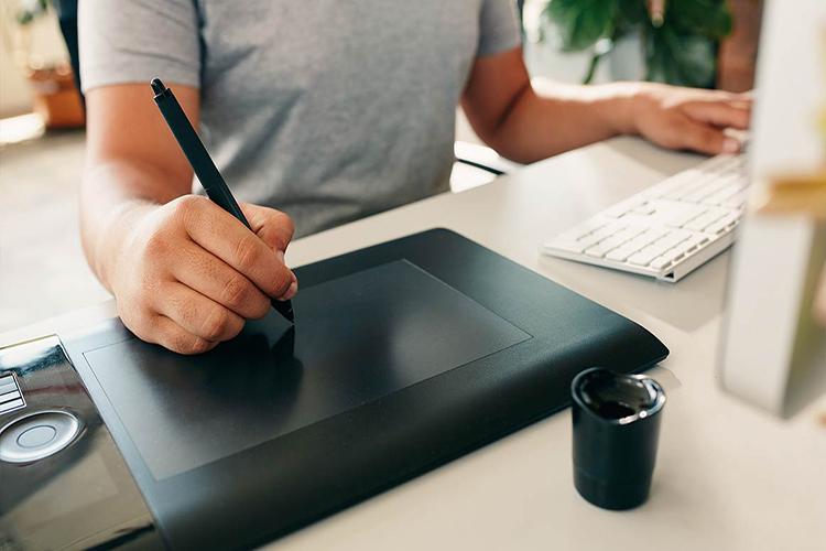 Designer ontwerpt professionele website met stylus