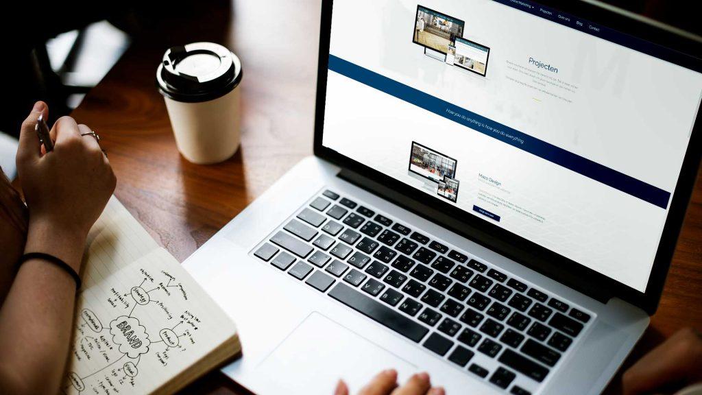Laptop showing the page marketingspectrum.nl/projecten